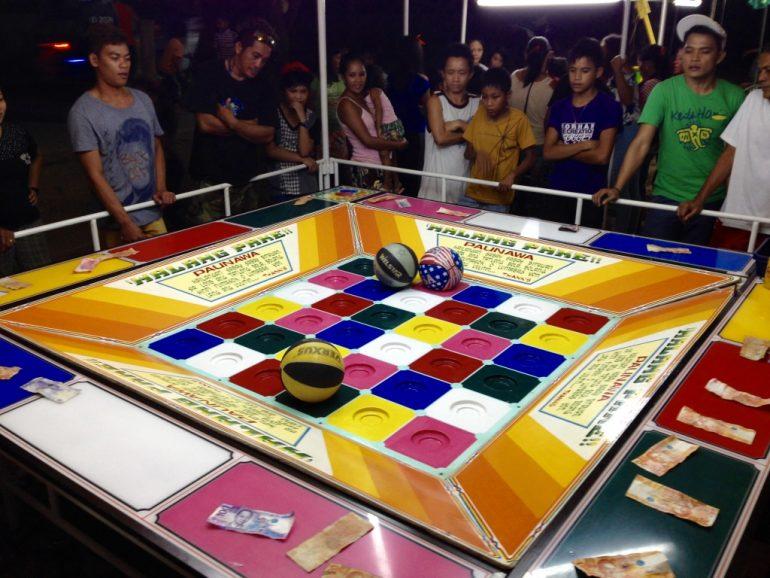 Filipińczycy są hazardzistami. Tutaj grają z koszykarską ruletkę