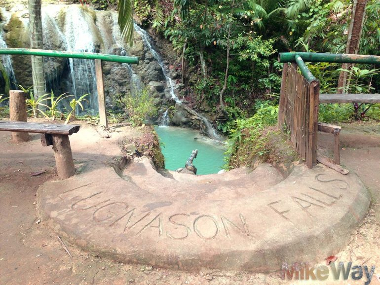 Wodospad Lungason. Wygląda jak świątynia z filmów o Indiana Jones...